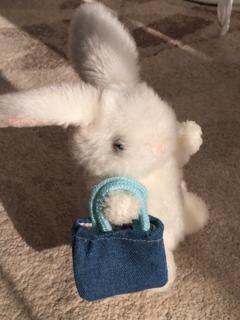 ウサギのぬいぐるみと手提げ袋