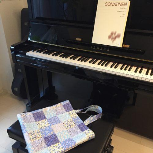 ピアノとレッスンバッグ