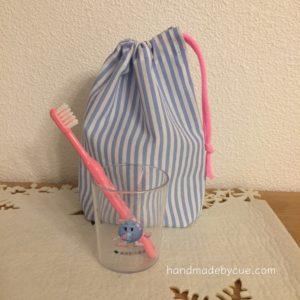 コップ袋とコップと歯ブラシの写真